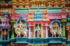 Скульптуры на башне индусского виска Стоковые Изображения
