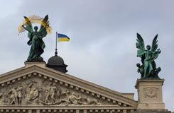 Скульптуры на фасаде Львова заявляют академичный театр оперы и балета стоковые изображения