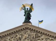 Скульптуры на фасаде Львова заявляют академичный театр оперы и балета стоковая фотография