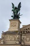 Скульптуры на фасаде Львова заявляют академичный театр оперы и балета стоковое изображение rf