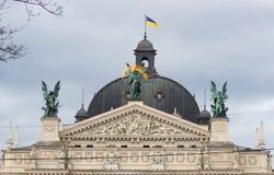 Скульптуры на фасаде Львова заявляют академичный театр оперы и балета стоковые изображения rf