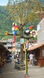 Скульптуры птицы в Pasaje Artesanal в центре города города Banos расположено на северных предгорьях Tungurahua стоковое изображение rf
