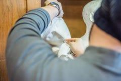 Скульптуры с куском ткани - близкое поднимающее вверх чистки художника/учителя Стоковая Фотография