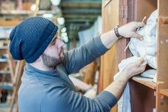 Скульптуры чистки художника/учителя с куском ткани - взглядом со стороны Стоковые Фотографии RF