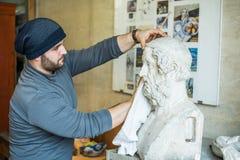 Скульптуры чистки художника/учителя для исследования с куском ткани - взгляда со стороны Стоковые Изображения