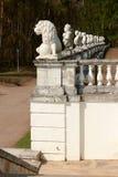 Скульптуры льва и бюста стоковое фото rf
