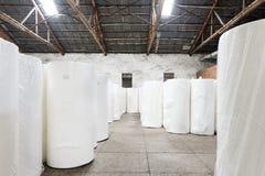 Склад бумажной фабрики штабелируя законченный продукт Стоковая Фотография