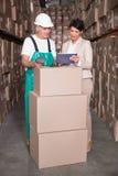 Складируйте коробка скеннирования работника при менеджер держа ПК таблетки Стоковое Изображение RF