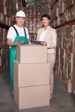 Складируйте коробка скеннирования работника при менеджер держа ПК таблетки Стоковые Фотографии RF