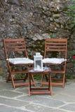 Складные деревянные стулья, мини таблица с фонариком свечи на верхней части Стоковые Изображения