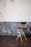 Складывая высокий стул на стене, винтажная предпосылка Стоковая Фотография RF