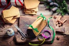 Складывая коттедж пряника как подарок рождества Стоковые Фотографии RF