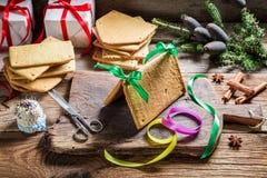 Складывая коттедж пряника как подарок рождества Стоковые Фото