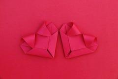 2 складывая красных бумажных сердца на красном цвете для картины и предпосылки Стоковое Изображение