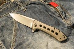 Складывая нож с titanium ручкой Облегченная ручка ножа Titanium ручка ножа Стоковые Фото
