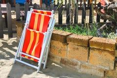 Складывая стул металла на пляже моря Стоковые Фотографии RF