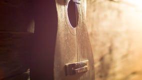 Склонность акустической гитары на grungy деревянной стене Стоковое Изображение RF