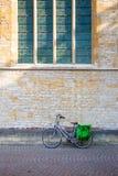 Склонность велосипеда на старой каменной стене Стоковое Изображение
