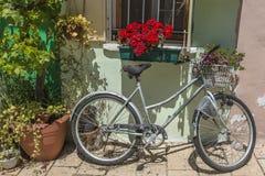 Склонность велосипеда на стене Стоковое Фото