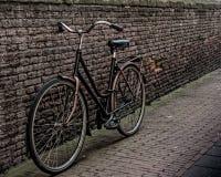 Склонность велосипеда на стене Стоковые Фотографии RF