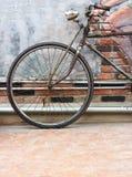 Склонность велосипеда на стене Стоковое фото RF