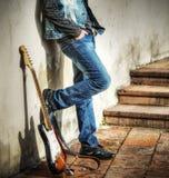 Склонность гитары и человека на стене Стоковое Фото