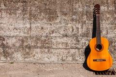 Склонность гитары на стене Стоковое фото RF