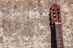 Склонность гитары на стене Стоковая Фотография RF