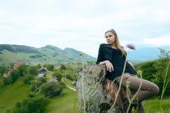 Склонность девушки на дереве отрезка, в сельской местности Стоковая Фотография