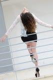 Склонность женщины моды против железных перил Стоковые Изображения RF