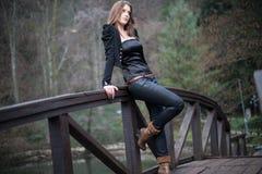 Склонность молодой женщины на мосте Стоковое Фото