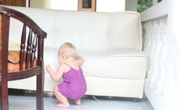 Склонность огурца еды ребенка стоящая на софе акции видеоматериалы