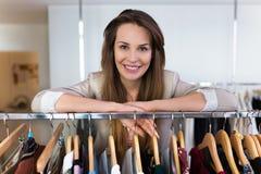 Склонность продаж ассистентская на рельсе одежды стоковые фотографии rf