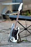 Склонность электрической гитары на синтезаторе Стоковое Изображение