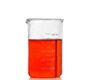 Склянка химической лаборатории с красной жидкостью стоковые фотографии rf