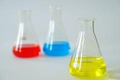 Склянка Erlenmeyer лаборатории стеклянная коническая заполнила с химической жидкостью Стоковое фото RF