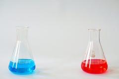 Склянка Erlenmeyer лаборатории стеклянная коническая заполнила с химической жидкостью Стоковые Изображения RF