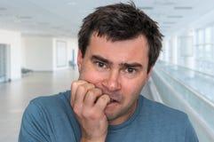 Слабонервный человек сдерживая его ногти - нервное расстройство стоковые изображения rf