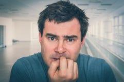 Слабонервный человек сдерживая его ногти - нервное расстройство стоковые фотографии rf