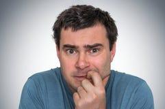 Слабонервный человек сдерживая его ногти - нервное расстройство стоковые фото
