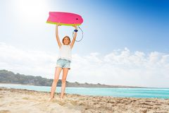 Славная белокурая девушка на пляже с surfboard Стоковое Изображение RF