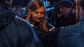 Славная выглядя молодая белокурая женщина имеет разговор с 2 людьми снаружи акции видеоматериалы