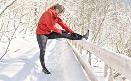 Славная женщина бежать в протягивать парка Snowy стоковые фото