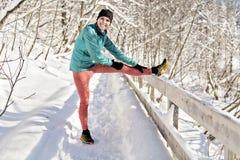 Славная женщина бежать в протягивать парка Snowy стоковые изображения
