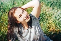 Славная женщина в поле вполне травы Стоковое фото RF