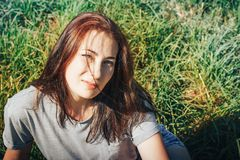 Славная женщина в поле вполне травы Стоковые Фото