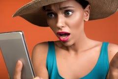 Славная женщина получая shocking новости телефоном стоковые изображения rf