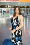 Славная женщина представляя в аэропорте стоковое фото rf