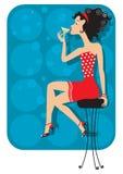 Славная женщина сидит в клубе Стоковое Изображение RF
