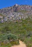 Славная крепость в горе около маленького города Torrella de Montgri, Каталонии Испании стоковые фотографии rf
